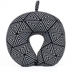 Cestovní polštář ČB geometrický vzor